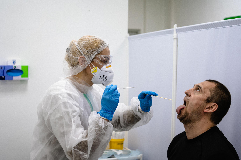 Una enfermera toma una muestra a un paciente para realizarle un test de coronavirus. Moscú, Rusia, el 15 de mayo de 2020.