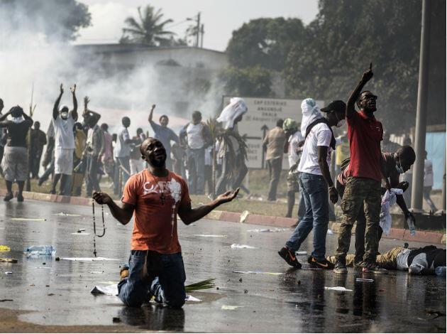 Partisans de Jean Ping manifestant, mercredi, à Libreville, contre la réélection du président sortant Ali Bongo.