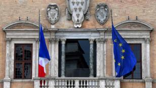 Les drapeaux français et européens sur l'ambassade de France à Rome.