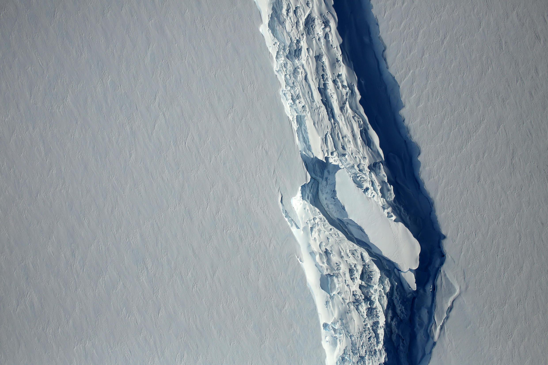 La faille dans la barrière de glace dite Larsen C a été découverte en 2014.