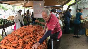 Mercado de calle en la Carlota, en Caracas, Venezuela, el 16 de octubre de 2019.