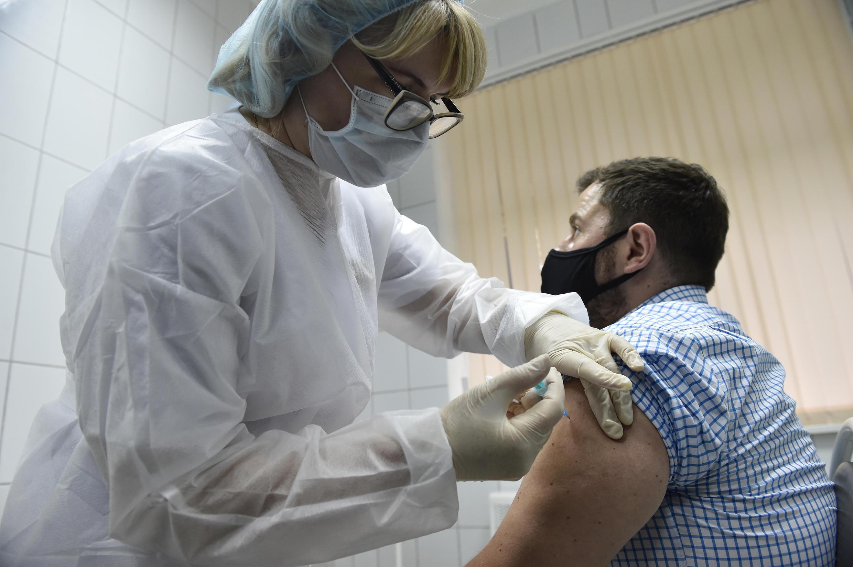 Los ensayos sobre la vacuna 'Sputnik V' de Rusia continúan a pesar de las reservas de expertos extranjeros.