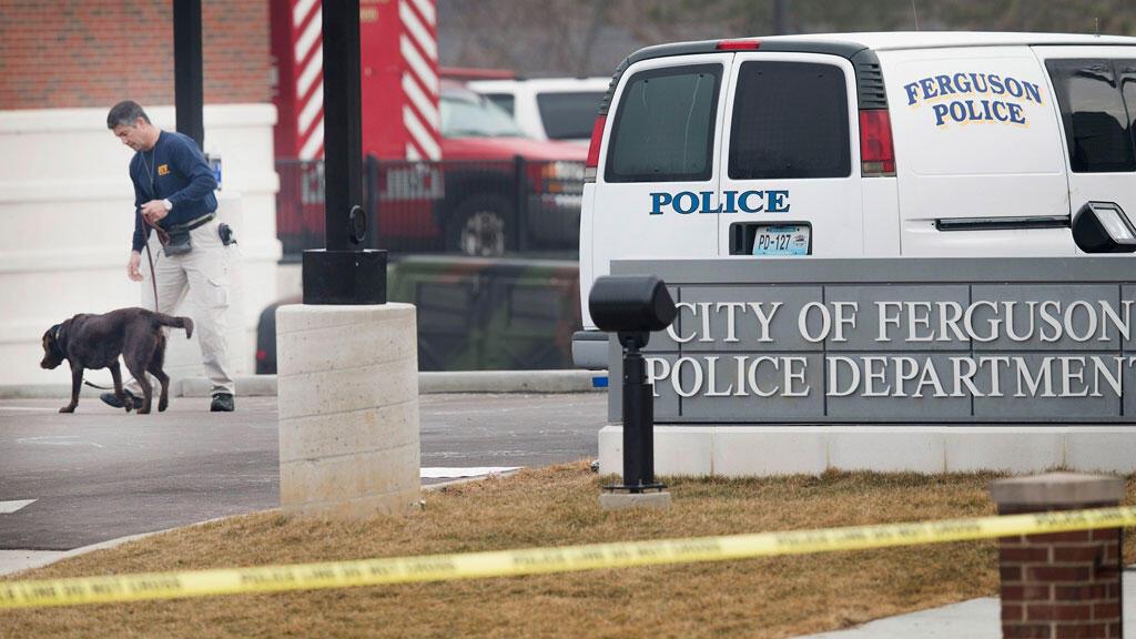 Entrée du poste de police de Ferguson où deux policiers ont été blessés par balles, mercredi.