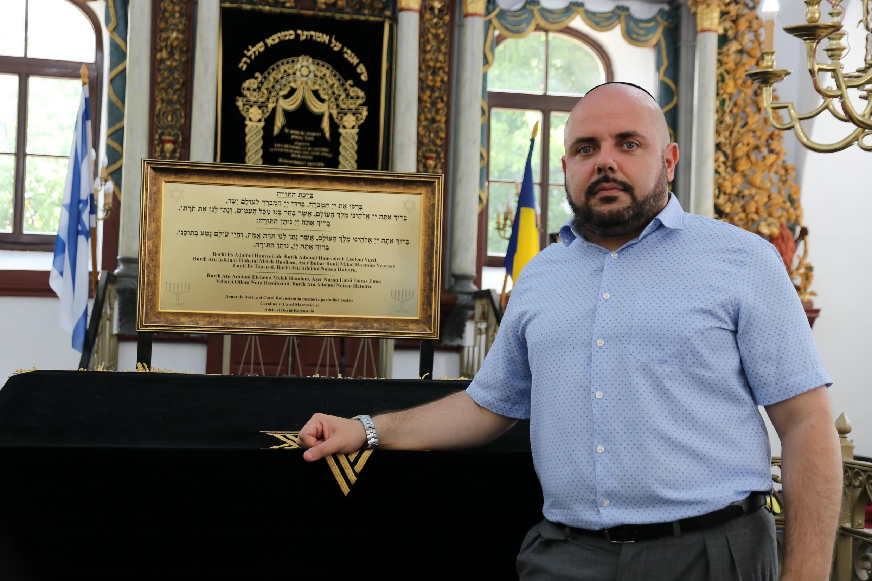 Albert Lozneanu, président de la communauté juive de Iaşi, à l'intérieur de la grande synagogue de la ville.