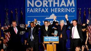 El demócrata Ralph Northam celebra su triunfo como gobernador de Virginia.