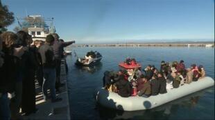قوارب المهاجرين تحاول العبور من تركيا إلى أوروبا
