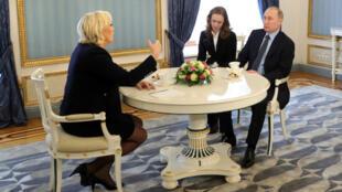 Marine Le Pen et Vladimir Poutine se sont entretenus pendant 1 h 30, vendredi 24 mars au Kremlin.