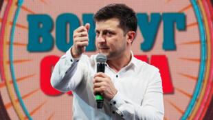 Volodímir Zelenski, comediante y candidato ucraniano en las próximas elecciones presidenciales, presenta un programa de comedia en una sala de conciertos en Brovary, Ucrania, 29 de marzo de 2019.