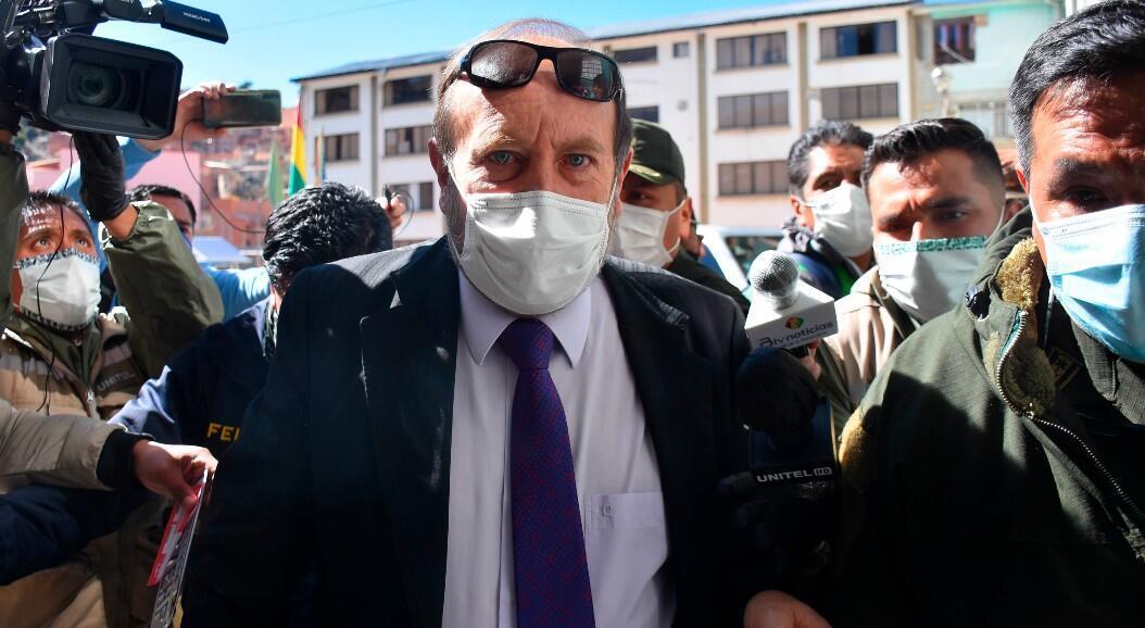 Archivo- ministro interino de Salud, Marcelo Navajas, al ser detenido por corrupción, en La Paz, Bolivia, el 20 de mayo de 2020.