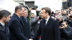 الرئيس الفرنسي إيمانويل ماكرون يصافح جيل سيميوني رئيس المجلس التنفيذي الكورسيكي
