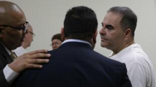 El expresidente salvadoreño, Elías Antonio Saca, de camiseta blanca, acompañado de su grupo de abogados antes de recibir la condena por parte de la justicia de su país por corrupción. Saca gobernó de 2004 a 2009.