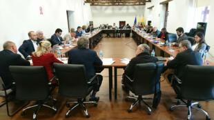 Las delegaciones del Gobierno de Colombia y de la guerrilla del Ejército de Liberación Nacional, ELN, durante la reunión que se llevó a cabo el 2 de abril de 2018 en la ciudad de Quito, Ecuador.