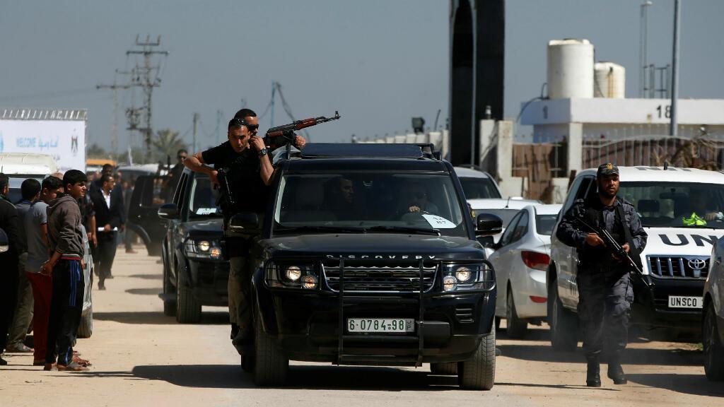El convoy del primer ministro palestino, Rami Hamdala, se va después de ser blanco de una explosión en el norte de la Franja de Gaza, el 13 de marzo de 2018.