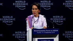 La Consejera del Estado de Myanmar, Aung San Suu Kyi, habla en la sesión plenaria del Foro Económico Mundial sobre la ASEAN en el Centro de Convenciones de Hanoi, Vietnam, el 12 de septiembre de 2018.