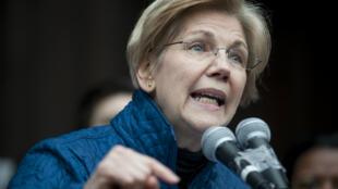 """La sénatrice Elizabeth Warren dénonce, le 29 janvier 2016 à Boston, le """"Muslim ban"""" de Donald Trump."""