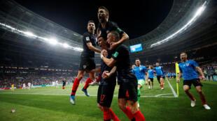 El croata Mario Mandžukić celebra su segundo gol con sus compañeros de equipo.
