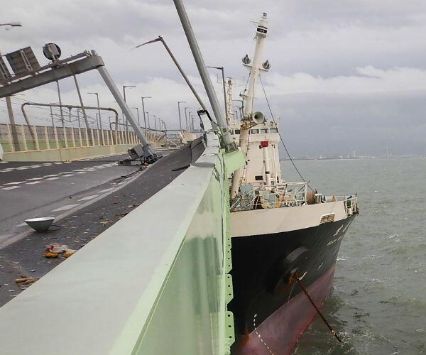 Une photo du pétrolier qui s'est encastré dans le tablier du pont conduisant à l'aéroport international du Kansai.