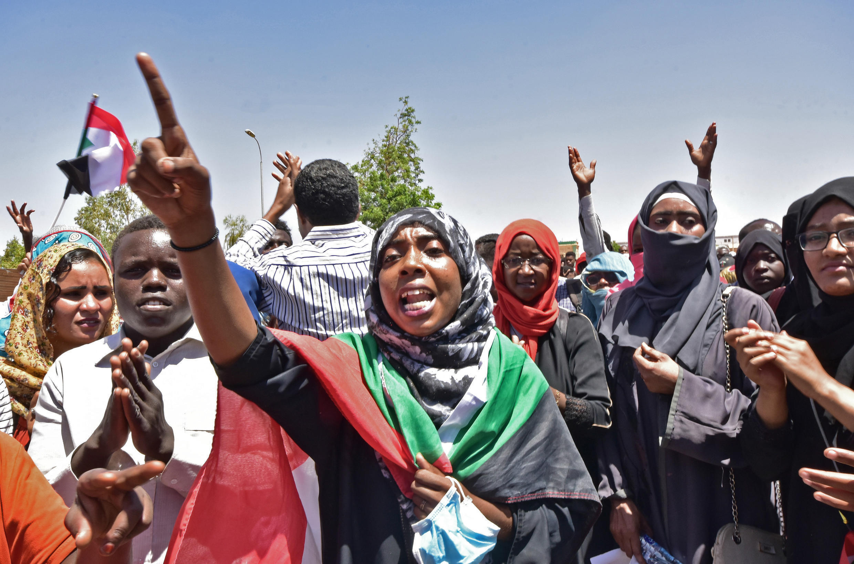 متظاهرون أمام مقر الجيش السوداني في الخرطوم. 15 أبريل/نيسان 2019.