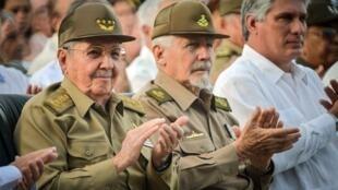 Le président cubain Raul Castro (à gauche) le 26 juillet 2014 lors de commémorations officielles à Cuba.