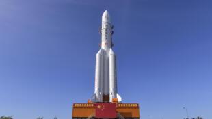 El cohete Larga Marcha 5, preparado en la plataforma de lanzamiento en Wenchang, en la sureña provincia china de Hainan, el 17 de julio de 2020