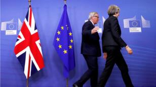 رئيسة الوزراء البريطانية تيريزا ماي ورئيس المفوضية الأوروبية جان كلود يونكر خلال لقائهما في بروكسل 21 تشرين الثاني/نوفمبر 2018