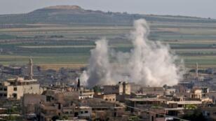 دخان القصف في خان شيخون في ريف ادلب الجنوبي 15 ايار/مايو 2019