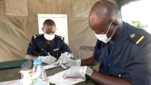 Contrôle des papiers à la frontière sénégalaise, partiellement fermée pour éviter la contagion de l'épidémie Ebola, le 27 septembre 2014.