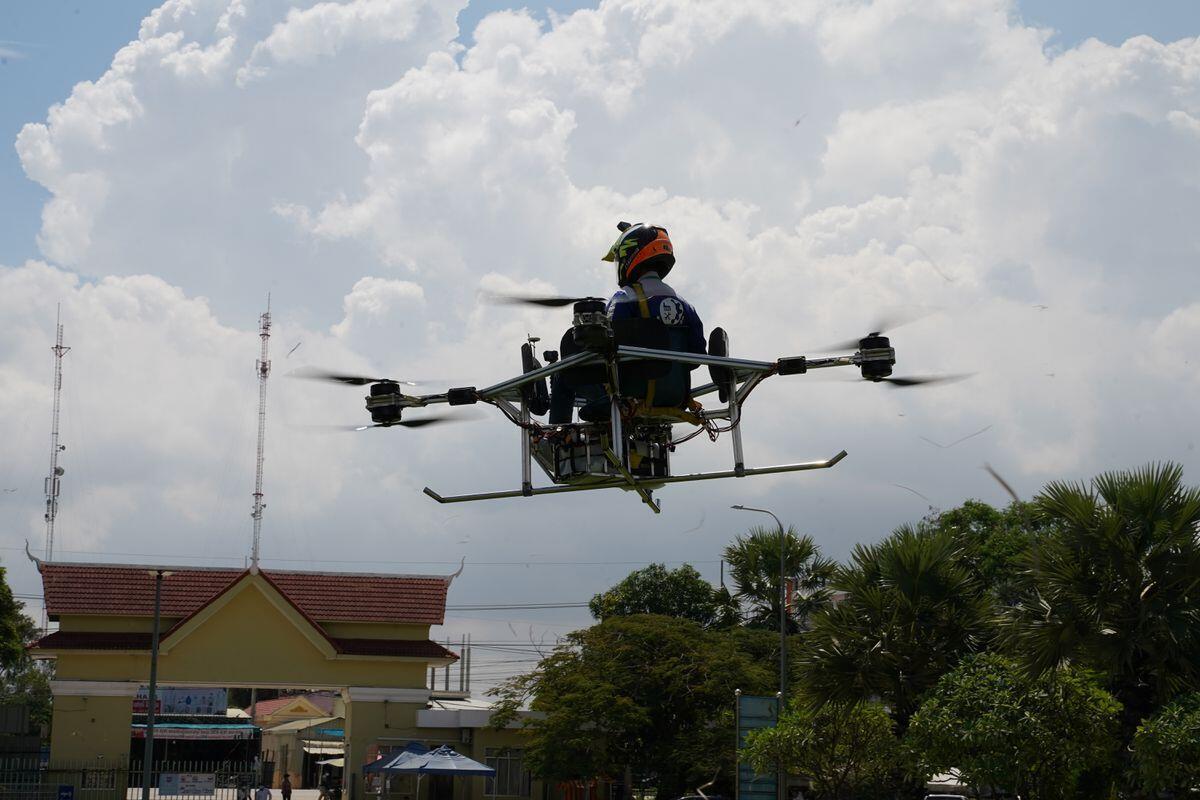 طلاب يحولون كرسي مدرسة إلى طائرة من دون طيار للمساعدة في إخماد الحرائق