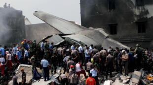 موقع تحطم طائرة عسكرية إندونيسية في جزيرة سومطرة الثلاثاء 30 حزيران/يونيو 2015