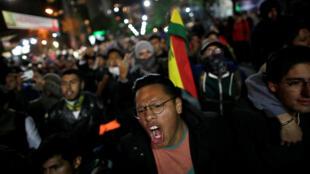 Seguidores del candidato presidencial Carlos Mesa protestan en La Paz en la noche del lunes. 21 de octubre de 2019.