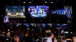 Una pantalla en la sede del partido Azul y Blanco de Benny Gantz muestra los resultados a pie de urna después de las elecciones parlamentarias en Israel, el 17 de septiembre de 2019.
