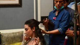 """Sur cette photo prise le 15 octobre 2020, la Pakistanaise Mehar Bano, actrice phare de """"Churails"""" (""""Sorcières"""" en ourdou), est maquillée sur un tournage d'une autre série à Karachi (Sud)."""