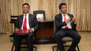 Les deux candidats à la présidentielle malgache, Marc Ravalomanana et Andry Rajoelina, avant un débat télévisé, le 9 décembre 2019.