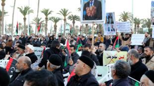 Manifestation à Tripoli, le 8 janvier 2016, contre l'accord parrainé par l'ONU pour la formation d'un gouvernement d'unité nationale, le 8 janvier 2016.