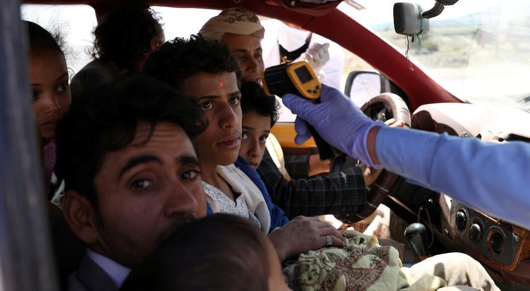 Un trabajador de salud le toma la temperatura a un grupo de personas, en medio del brote del Covid-19, en  Sanaa, Yemen, el 9 de mayo de 2020.