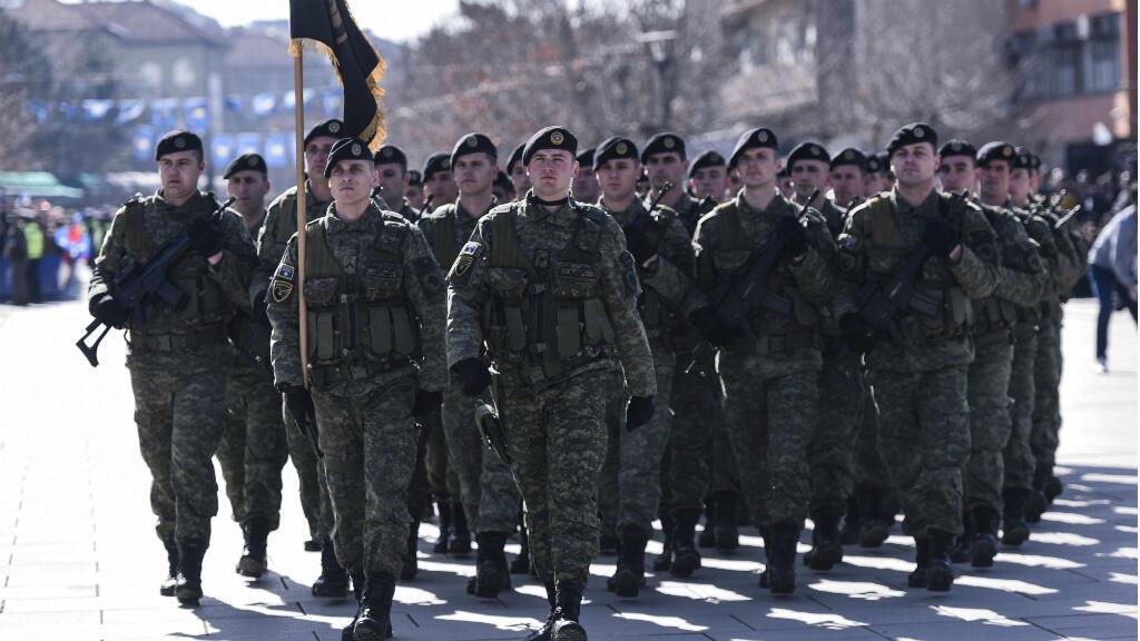 Miembros de la Fuerza de Seguridad de Kosovo marchan en Pristina para celebrar el aniversario de la independencia de Kosovo el 17 de febrero de 2019