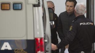 Emilio Lozoya, exdirector de la empresa estatal Petróleos Mexicanos (Pemex), es transferido a un furgón policial el 13 de febrero de 2020 en la localidad española de Marbella