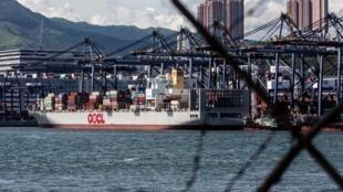 Un barco contenedor atraca en una terminal de carga en Hong Kong el 18 de julio de 2020