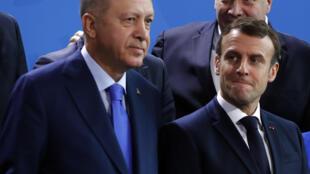 صورة من الارشبف التقطت بتاريخ 19 كانون الثاني/يناير 2020 تظهر الرئيس التركي رجب طيب إردوغان (يسار) ونظيره الفرنسي إيمانويل ماكرون لدى وقوفهما جنبا إلى جنب خلال صورة جماعية أثناء قمة السلام في ليبيا التي استضافتها برلين