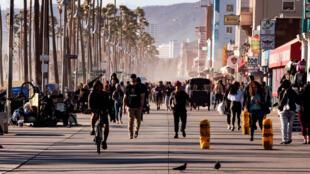 Gente caminando en Venice Beach en Los Angeles, California. 18 de marzo de 2020.