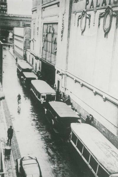 Les autobus et voitures de police ayant servi à transporter les Juifs au Vélodrome d'Hiver lors de la rafle, garés devant le stade, Paris. France, 16 juillet 1942.