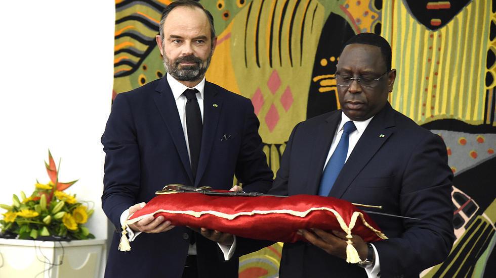 الرئيس السنغالي ماكي سال  يتسلم من رئيس الوزراء الفرنسي إدوار فيليب سيف عمر سيدو تال التاريخي يوم الأحد 17 تشرين الثاني/نوفمبر 2019