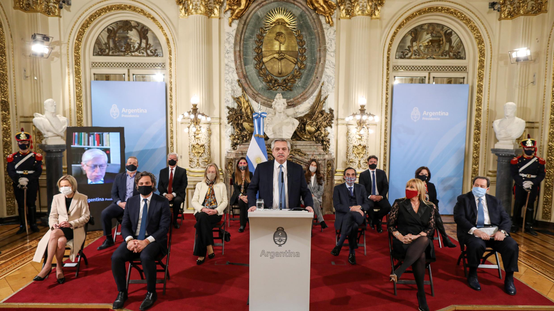 El presidente de Argentina, Alberto Fernández, anuncia, acompañado por miembros de su gabinete, reformas judiciales, en la Casa Rosada en Buenos Aires, Argentina, el 29 de julio de 2020.