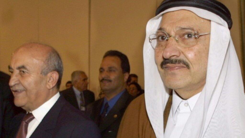 الأمير طلال بن عبد العزيز (يمين) في صورة ملتقطة في 15 شباط/فبراير 2001