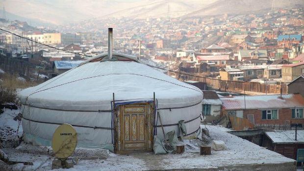 Des nombreux nomades ont installé leur yourte à Oulan-Bator et se chauffent au charbon durant les rudes hivers mongols, ce qui génère une forte pollution.