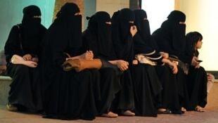 سعوديات ينتظرن السائقين لمنعهن من قيادة السيارات