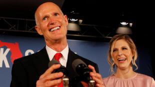 El candidato republicano al Senado de Estados Unidos, Rick Scott, está acompañado por su hija Allison Guimard cuando se dirige a sus partidarios en su fiesta de la noche de las elecciones de medio término en Naples, Florida, EE. UU., el 6 de noviembre de 2018.