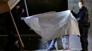 عناصر الشرطة السويسرية يغطون جثة وسط زيورخ الاثنين 19 ك1/ديسمبر 2016