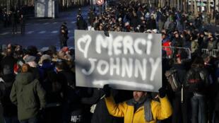 إقبال شعبي كبير لوداع جوني هاليداي على جادة الشانزيليه الشهيرة في باريس في 9 كانون الأول/ديسمبر 2017