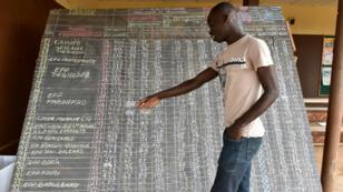 Un homme a côté des résultats des élections municipales en Côte d'Ivoire, dans la ville de Tiebissou, le 14 octobre 2018.